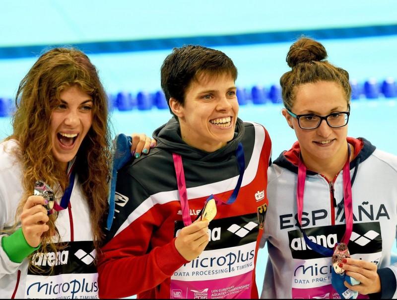 Judith Ignacio, a la dreta, amb la medalla de bronze després de ser tercera en els 200 papallona, on va obtenir la mínima olímpica EFE