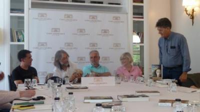 Els quatre escriptors amb el moderador, en un moment de la tertúlia que van compartir al Casa Anamaria. J.C