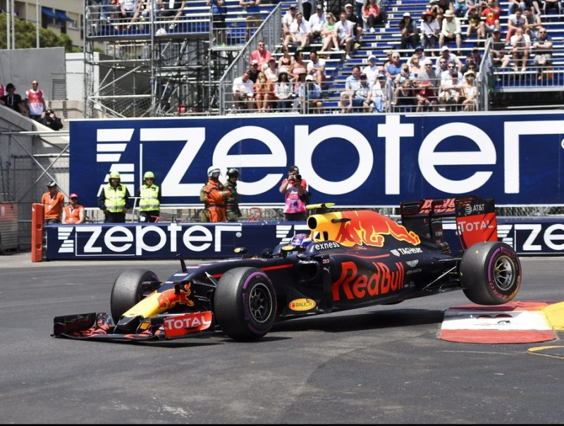 Verstappen ha perdut el control del cotxe i és a punt de colpejar les barreres a l'altra banda de la pista ZORAN ZIVKOV / EFE