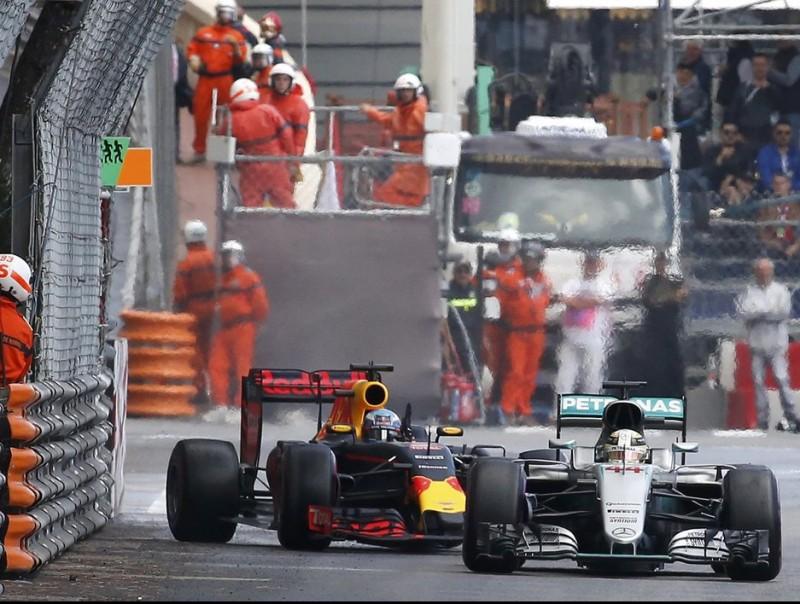 Ricciardo fa lliscar el cotxe després que Hamilton l'hagi arraconat contra la barrera, en la volta 37 ERIC GAILLARD / REUTERS