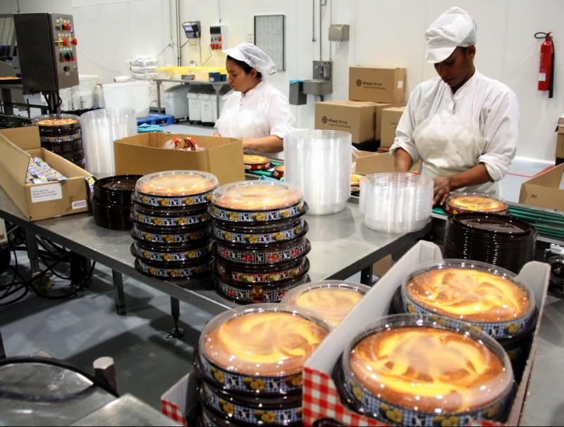 Vista d'una línia de producció de Horno de San Juan. Cada hora arriben a sortir més de 9.000 pastissos X.P. / ACN