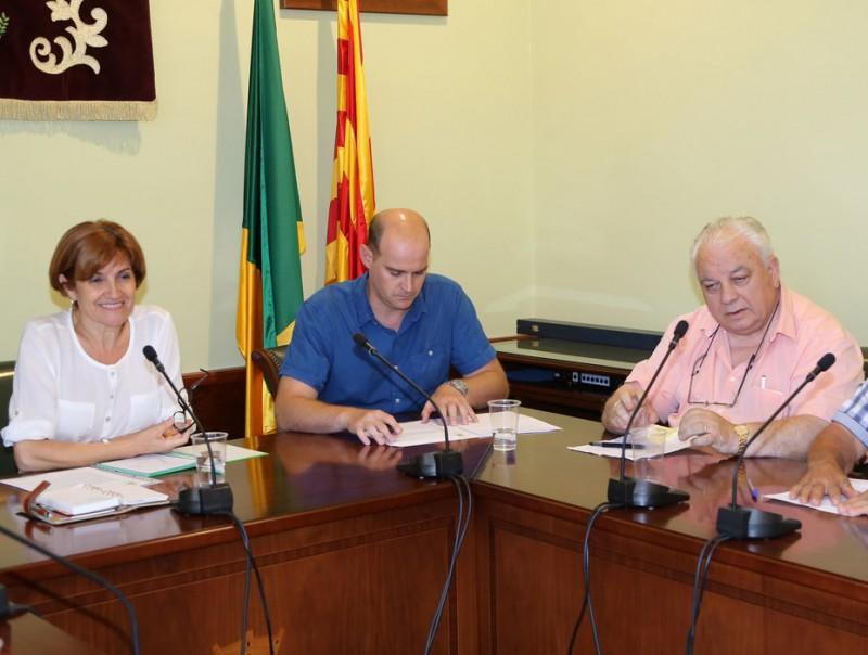 Una imatge d'arxiu del ple de Palau saverdera amb a l'esquerra, Isabel Cortada (GdP-AM), alcaldessa, i el seu predecessor Narcís Deusedas (CiU), primer per la dreta MANEL LLADÓ