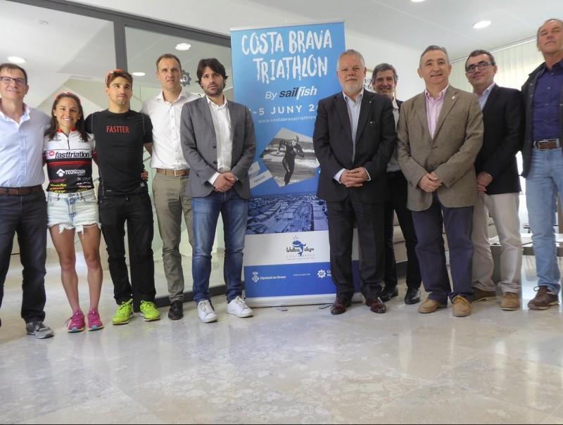 Els responsables del sector turístic gironí, amb els atletes Anna Flaquer i Albert Parreño, en la presentació d'ahir J.O