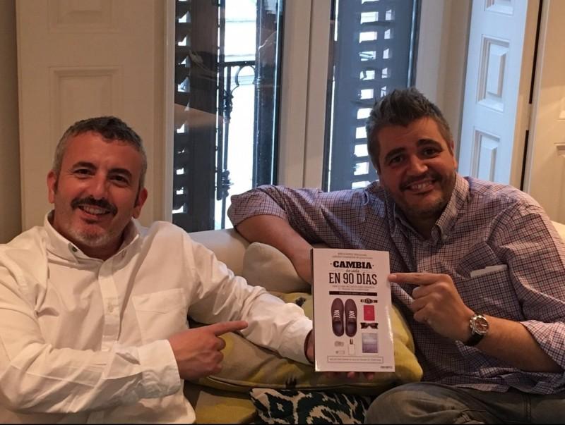 Muñoz i Gianninoni mostren el llibre que han publicat.  ARXIU