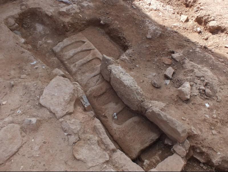 El llindar de la porta d'accés al cementiri amb les petges de sabates de l'època, en forma de punxa AJF