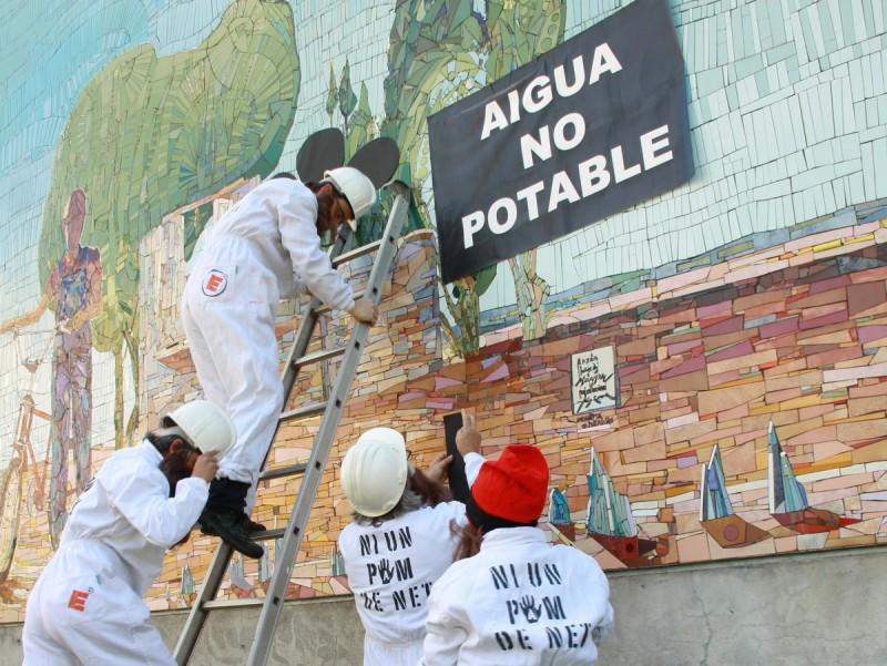 """Un actuació de """"Salvem l'Empordà de purins"""" contra la pol·lució dels aqüífers, el passat mes d'abril J. P"""