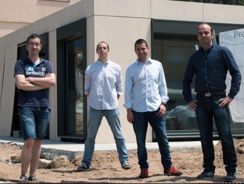 Els fundadors de l'empresa Inveslar davant del xalet instal·lat a l'Escala EL PUNT AVUI