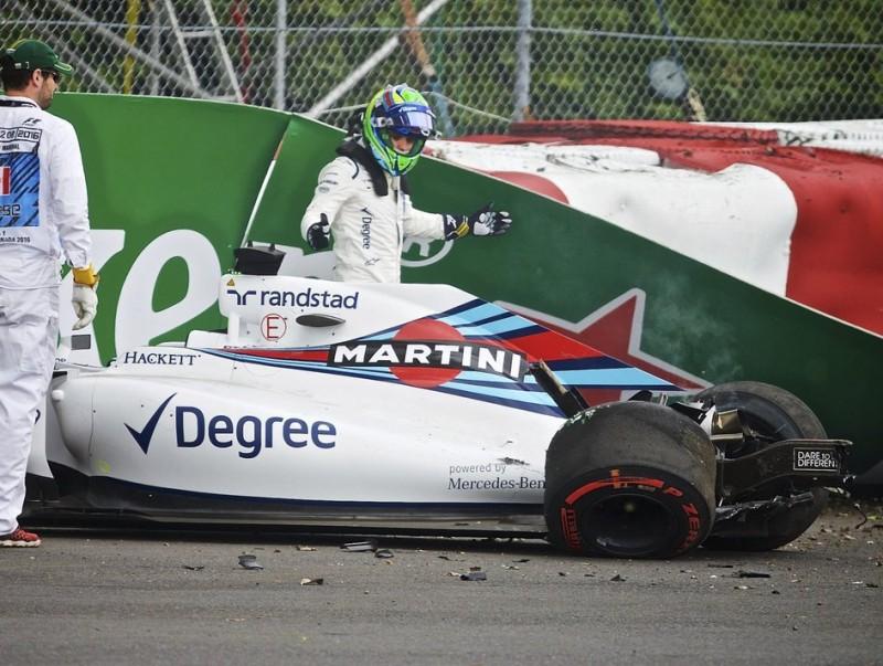 Massa, incrèdul, es mira la part posterior de l'FW38 després de l'accident ANDRÉ PICHETTE / EFE