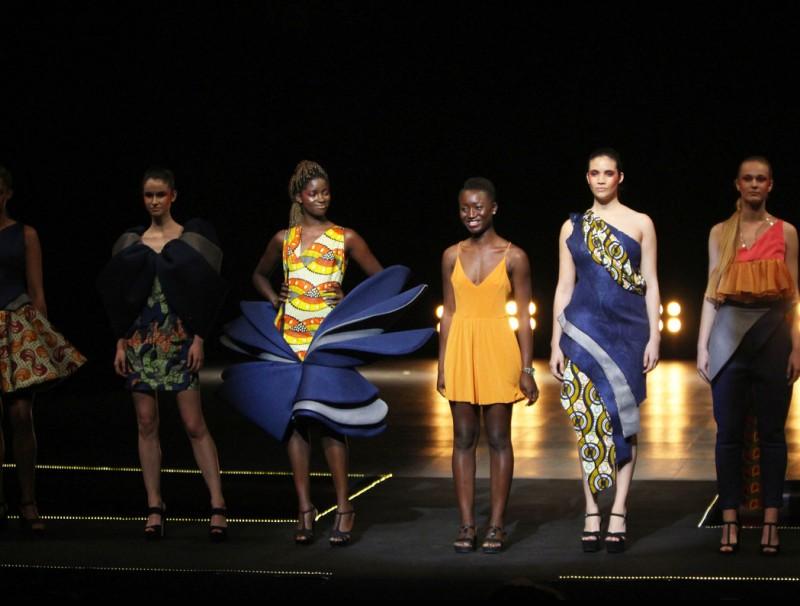 La dissenyadora envoltada d'algunes de les models que han lluit els seus vestits. SARA CABARROCAS