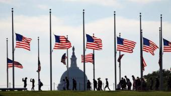 Banderes a mig pal, ahir a Washington en senyal de dol pels fets d'Orlando. REUTERS / KEVIN LAMARQUE