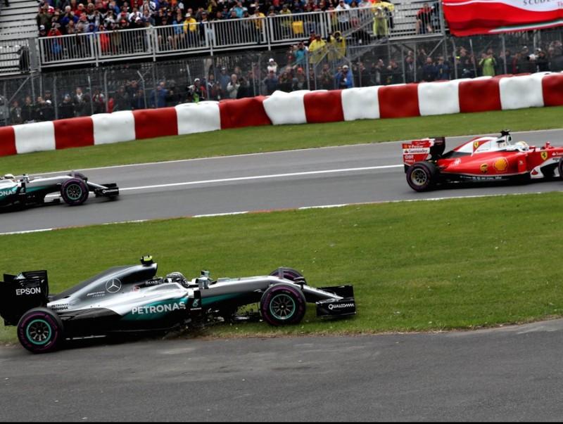 Vettel , al davant de Hamilton en el segon revolt, mentre Rosberg, en primer terme, ha sortit de la pista AFP