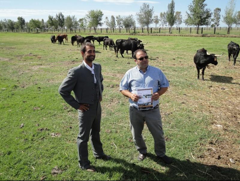 'Lo Xarnego' i Rafel Múria durant la presentació de la nova ruta turística al Delta de l'Ebre . CEDIDA