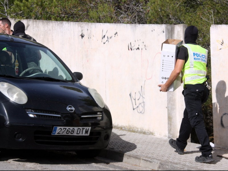 Agents dels Mossos d'Esquadra treuen capses amb material confiscat d'una de les cases escorcollades ACN