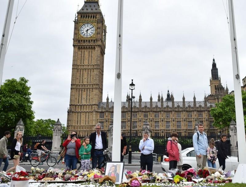 Flors davant el Parlament britànic en record de la diputada Jo Cox, ahir a Londres BEN STANSALL / AFP