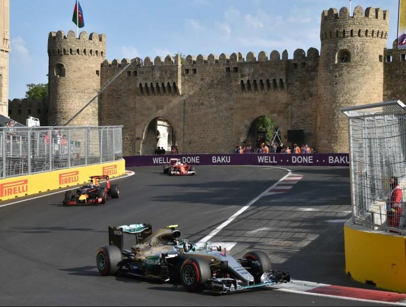 Rosberg, al davant de Ricciardo i Vettel, als peus de la muralla medieval de Bakú KIRILL KUDRYAVTSEV / AFP