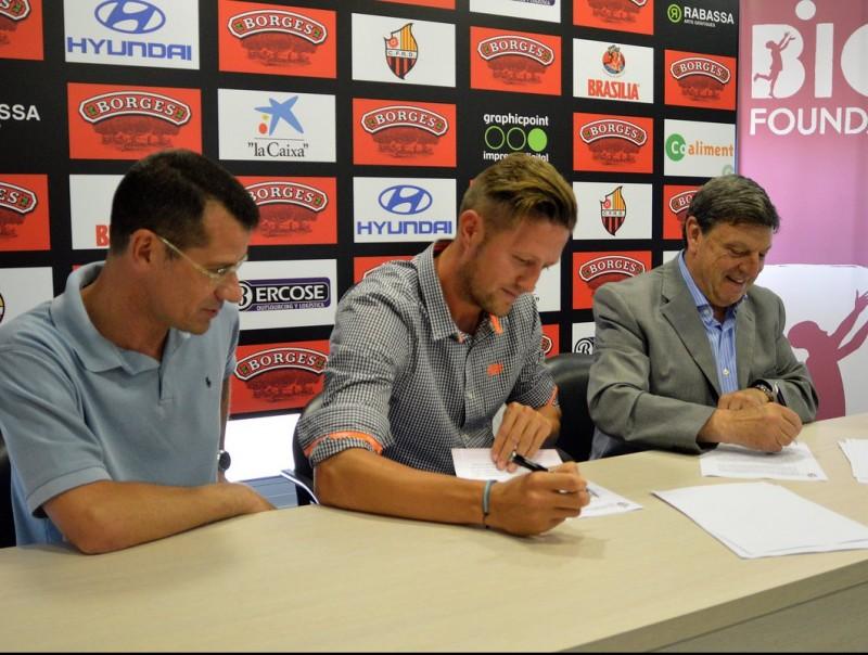 Edgar Hernández signant amb el president Llastarri la renovació pel proper curs i una temporada més CF REUS