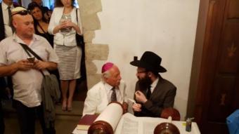 Un dels membres de la comunitat jueva amb el poeta gironí Josep Tarrés, descobridor del call de Girona. P.P