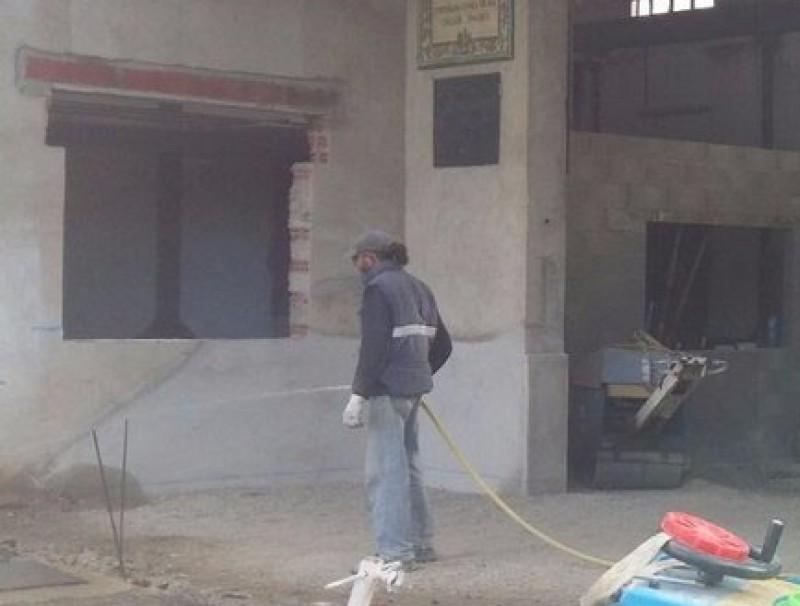 Dos operaris treballant la setmana passada a l'antiga cooperativa, on s'ubicarà el nou parc de bombers EPA