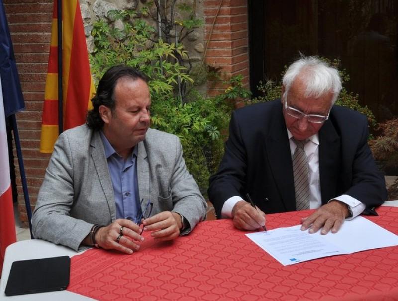 Josep Puigbert i Alain Torrent signant el conveni a Ceret CASA DE LA GENERALITAT