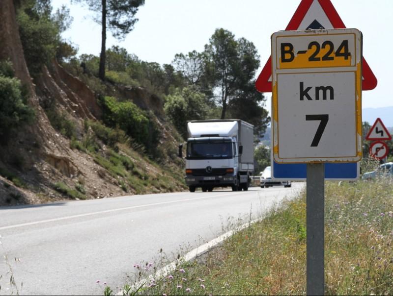 La presència de camions és molt habitual a la B-224 per les zones industrials que hi ha a Piera i Masquefa. ÓSCAR LÓPEZ