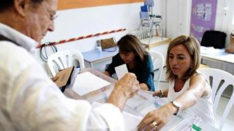 Carme Chacón fent de vocal d'una mesa electoral a Esplugues de Llobregat ALEJANDRO GARCÍA / EFE