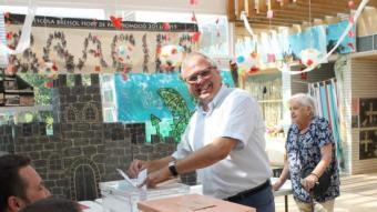 Fèlix Alonso (En Comú) votant ahir a una escola bressol a Altafulla, on és alcalde ARXIU