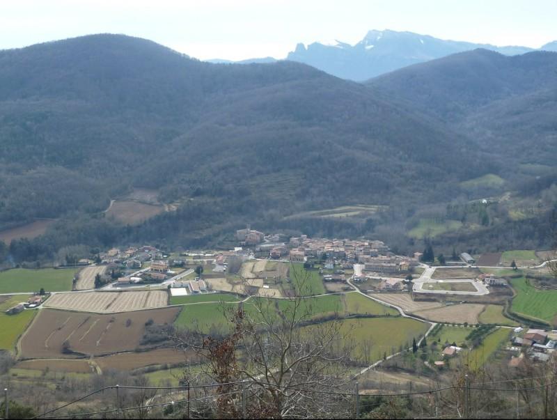 El nucli de Riudaura i una part del seu extens terme municipal. J. C