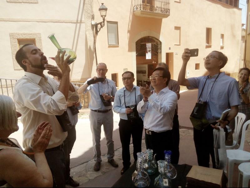 L'alcalde de Barberà de la Conca mostra a uns visitants la tradició de veure vi amb un porró de Vimbodí i Poblet J.L.E