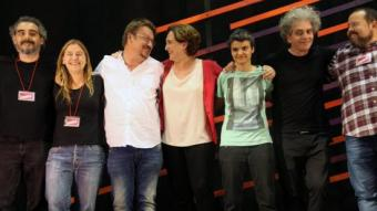 Xavier Domènech i Ada Colau mirant-se mentre celebren la victòria electoral a Catalunya ELISABETH MAGRE