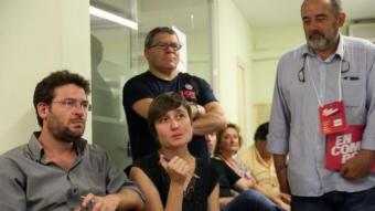 Marta Sibina (En Comú Podem), amb un bolìgraf, al costat del diputat Albano Dante-Fachín (Catalunya Sí Que Es Pot), a l'esquerra, ahir a la seu d'ICV a Girona MANEL LLADÓ