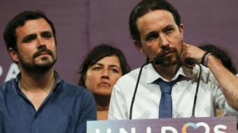 Pablo Iglesias, cap de llista d'Units Podem, amb Alberto Garzón en la compareixença d'ahir a les onze de la nit al Teatre Goya de Madrid per valorar els resultats REUTERS