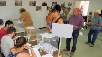 Un instant de la jornada de votacions en l'escola Quatre Vents de Blanes, diumenge E. PALAU