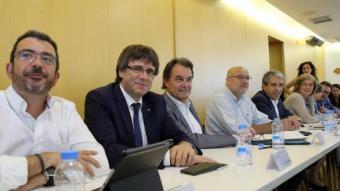 L'inici del Consell Executiu de CDC, ahir, amb el president Puigdemont i l'expresident Mas, al centre de la imatge JUANMA RAMOS