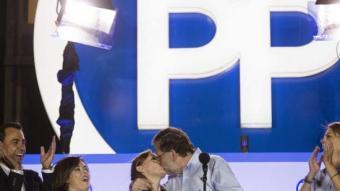 Mariano Rajoy fent un petó a la seva dona, Elvira Fernández, al balcó de la seu del PP al carrer Gènova durant la celebració del triomf del 26-J EFE