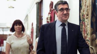 Els socialistes Patxi López i Micaela Navarro, ahir, a la sortida de la reunió de la mesa de la Diputació Permanent del Congrés dels Diputats SERGIO BARRENECHEA / EFE