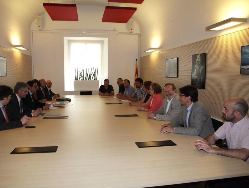 El conseller de Territori i Sostenibilitat, Josep Rull, el tercer per l'esquerre, ahir a la tarda a Girona amb alcaldes i regidors de municipis afectats per la N-141. El govern invertirà 4,3 milions en el tram de la Pilastra, al terme de Bescanó JOAN SABATER