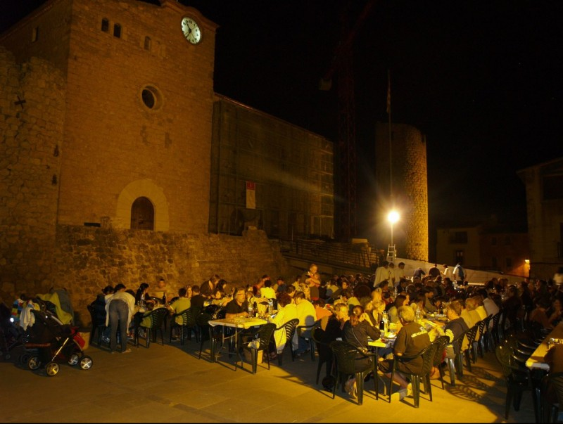 Sopar popular a la plaça de Bellcaire, per commemorar la recuperació del muntatge escènic Bandera de Catalunya, al 2011 PERE SOLÉS