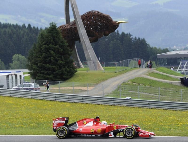 Vettel, al davant de l'escultura del Red Bull Ring, durant els entrenaments lliures de l'any passat AFP