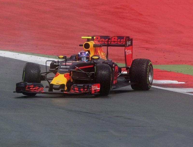Verstappen fa una virolla durant la segona sessió, amb la pista molla EFE