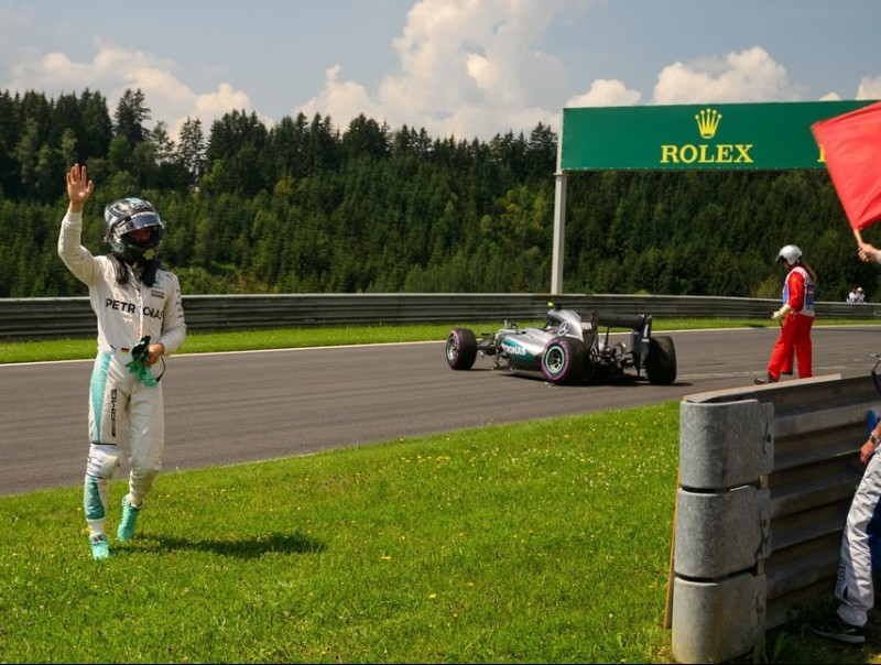 Rosberg saluda el públic després d'estimbar el cotxe en els lliures d'ahir al matí AFP