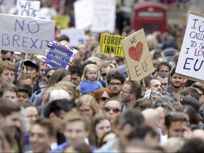 Milers de persones participant ahir a Londres en una marxa contra el 'Brexit' P. HACKETT/REUTERS