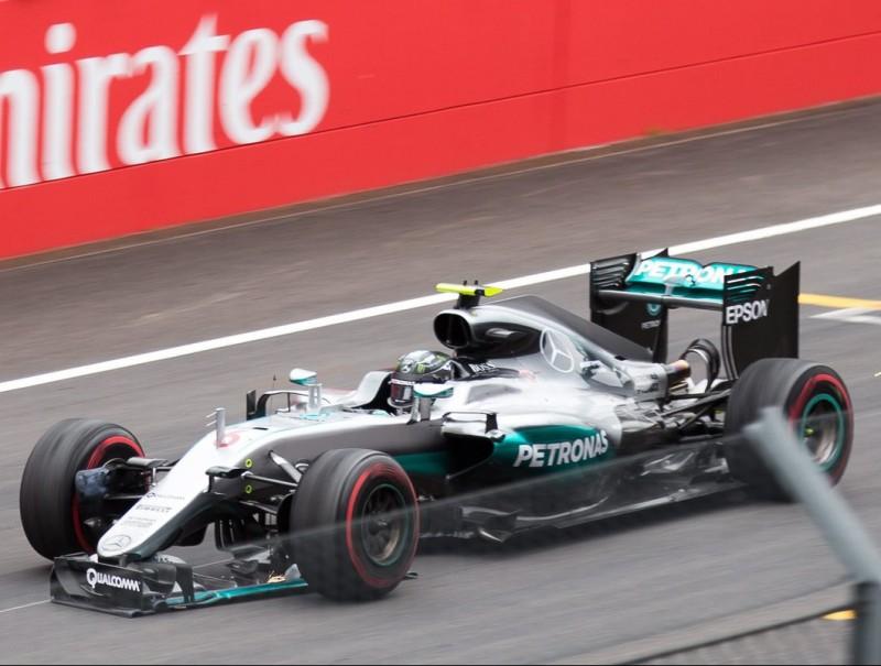 Rosberg creua la meta amb l'aleró davanter trencat, després de la topada amb Hamilton JOHANN GRODER / EFE