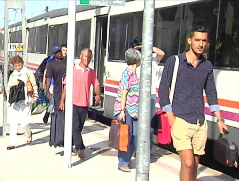 Viatgers baixant ahir al matí de l'estació de Tàrrega per agafar l'autocar d'enllaç fins a Cervera. C. BERENGUÉ