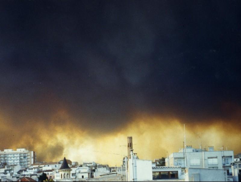 La columna de fum i foc es podia veure molt clarament des de la mateixa ciutat d'Igualada. ARXIU COMARCAL DE L'ANOIA