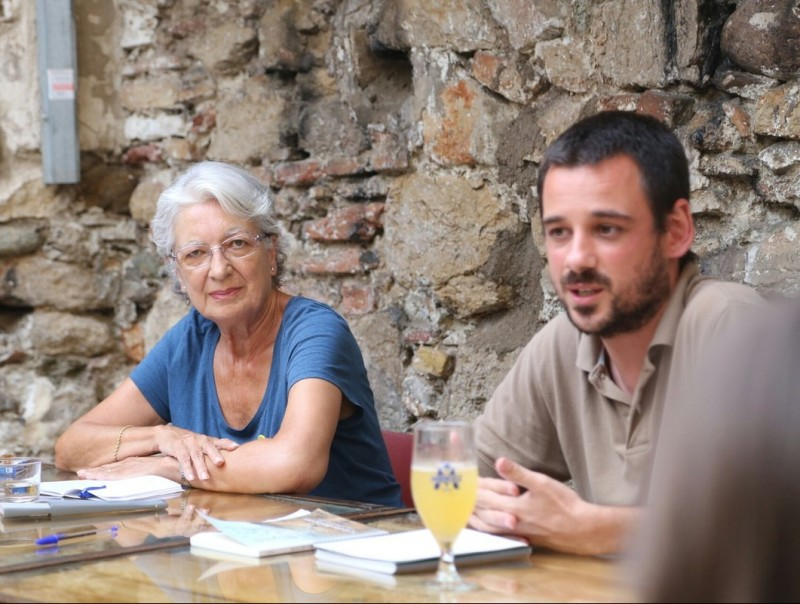 La periodista Soledat Balaguer i el regidor de la CUP a Girona, Lluc Salellas, durant la presentació. QUIM PUIG