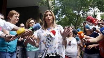 La presidenta d'Andalusia, Susana Díaz, ahir, a l'arribada de la seu del PSOE al carrer Ferraz per reunir-se amb Pedro Sánchez KIKO HUESCA/EFE