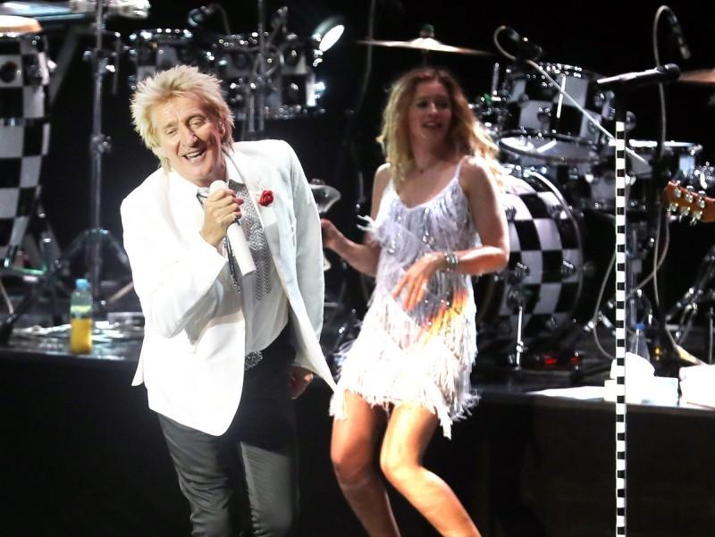 Rod Stewart i una de les seves coristes, durant el concert de dissabte al Festival de Cap Roig CAP ROIG FESTIVAL / JOSÉ IRÚN