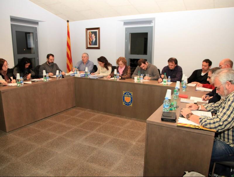 Una imatge dels onze regidors d'Amer, en el ple del mes de febrer. Garcia (Junts) és el quart per l'esquerra, al costat de la secretària i de l'alcaldessa, Maria Rosa Vila (CDC) JOAN SABATER
