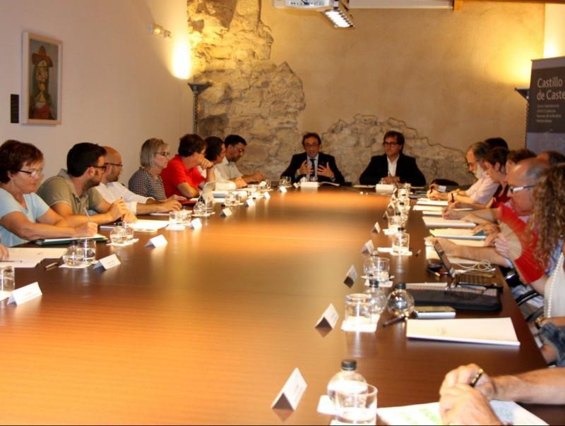 El conseller Rull, al centre de la imatge, en un moment de la reunió dilluns amb alcaldes del Penedès. ACN