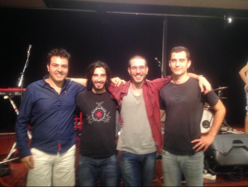 El director de l'escola, David Coll, amb tres dels alumnes que han aprovat les proves als estudis superiors: Oriol Tonietti, Pau Puyol i Pau Cullell EMMG